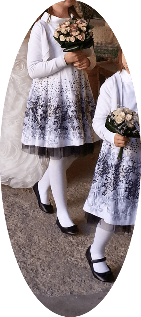 Detalle del atuendo de las niñas, sencillos y muy adecuados a sus edades, con unos bonitos bouquets imitando al ramo de Isabel.