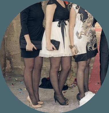 Suele ser difícil que las invitadas además de bien vestidas, sin exageraciones ni escotes vertiginosos o faldas demasiado minis, además sepan posar para las fotografías.