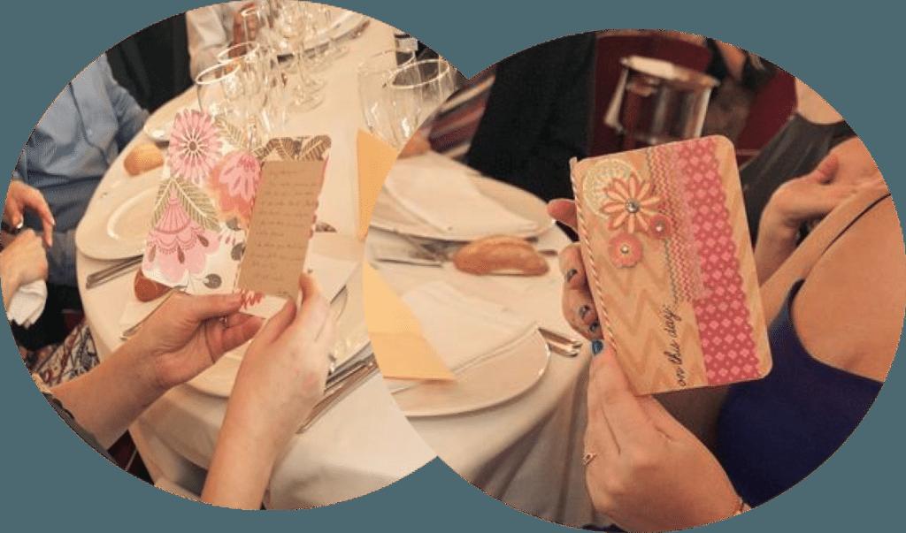 En las mesas del banquete, los puestos identificados con bonitas tarjetas personalizadas con dedicatorias. Y como debe ser, escritas a mano.
