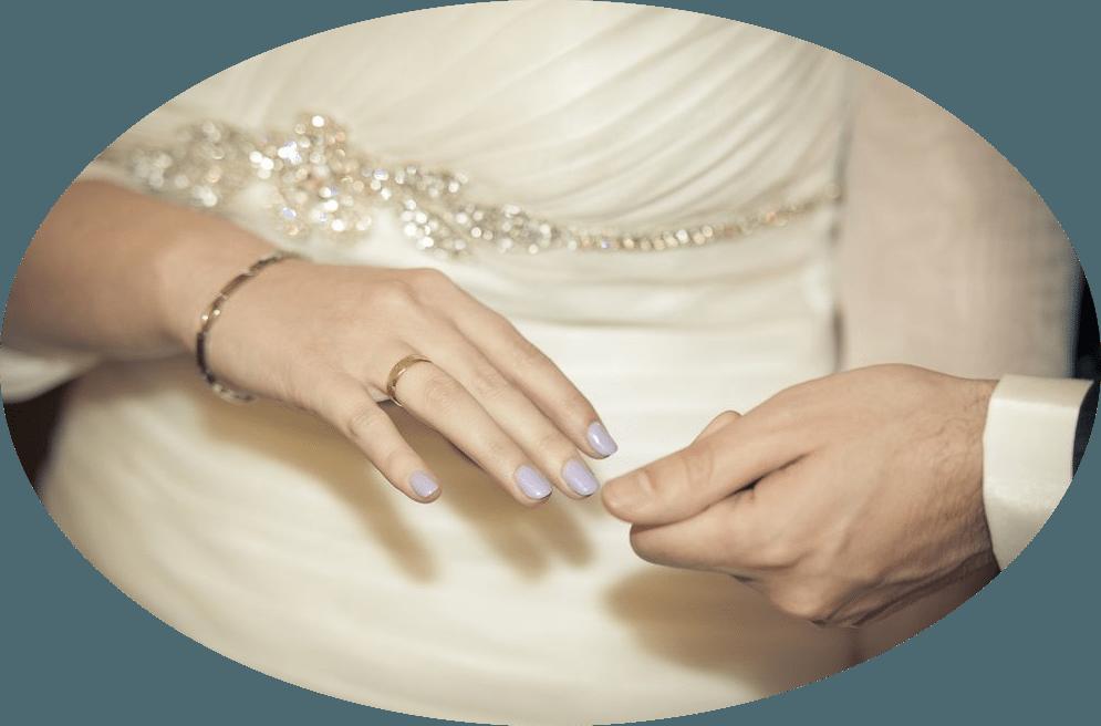 ¡El momento! Isabel eligió un color lila claro para sus uñas, perfectamente pensado  para conjuntar con las rosas de su bouquet.