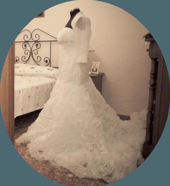 En casa de Isabel, la está esperando el precioso vestido de Aire Barcelona...