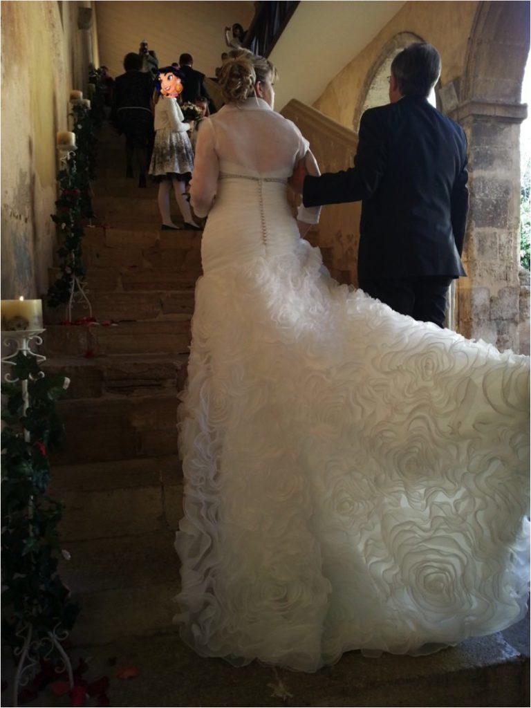 ubiendo las escaleras que dan acceso de la Sala Dorada, la primorosa cola del vestido de Aire Barcelona se ve en toda su dimensión.