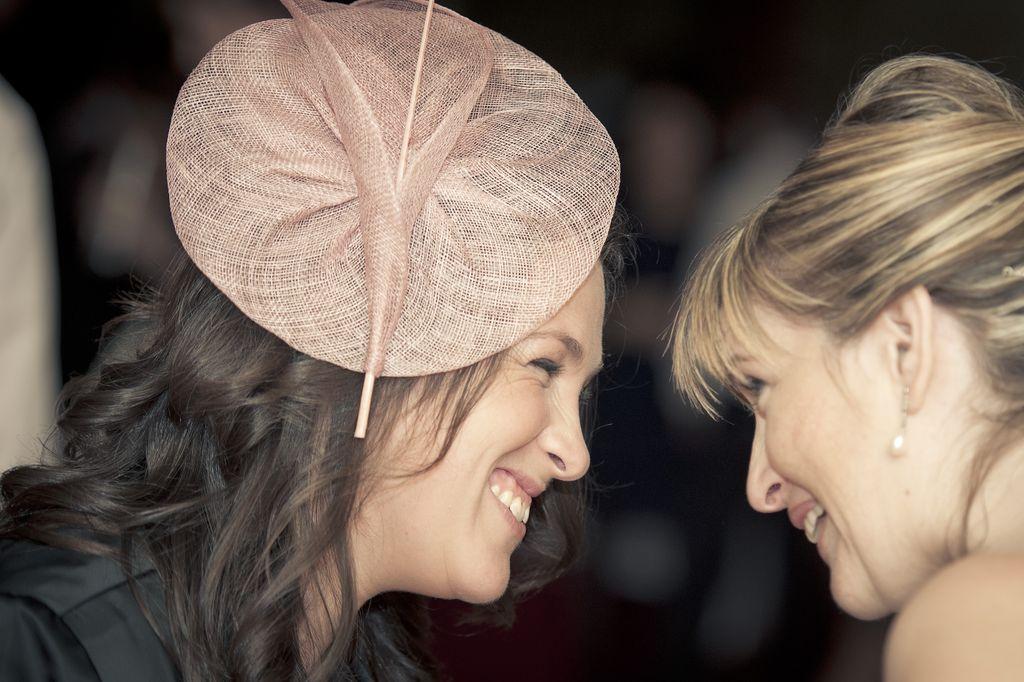 María, prima de Isabel, eligió un perfecto tocado de rafia rosa.