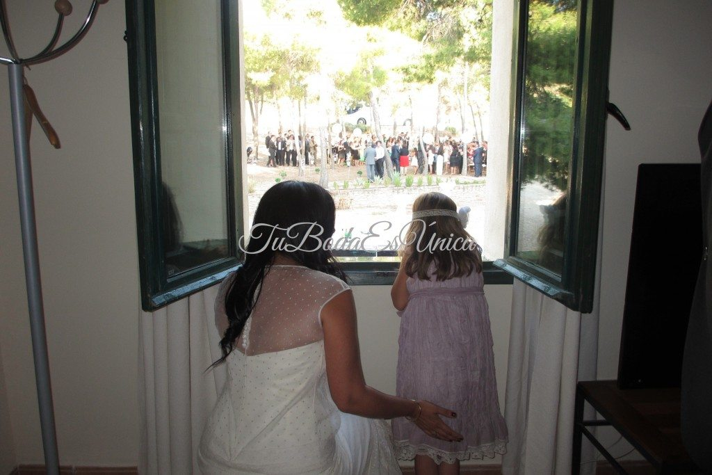 Sara y Daniela, observando cómo los invitados se concentran en la pinada.